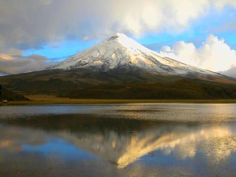 Laguna_de_Limpiopungo_al fondo_el_Volcan_Cotopaxi