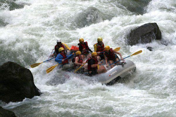 trabajar-y-vivir-en-costa-rica-rafting