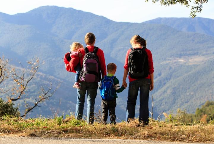 Viaje familia montaña supervivencia
