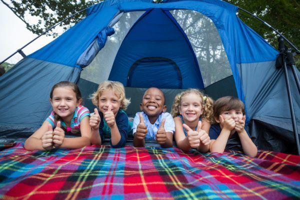 mejores-campings-para-ir-con-ninos-tienda-de-campana-ninos-istock