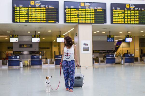 Mujer con perro aeropuerto