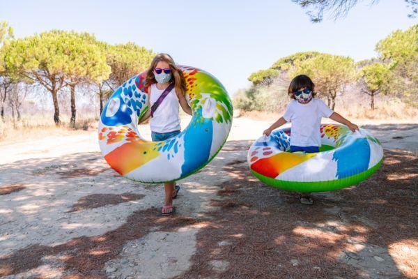 Niños con flotadores y mascarilla