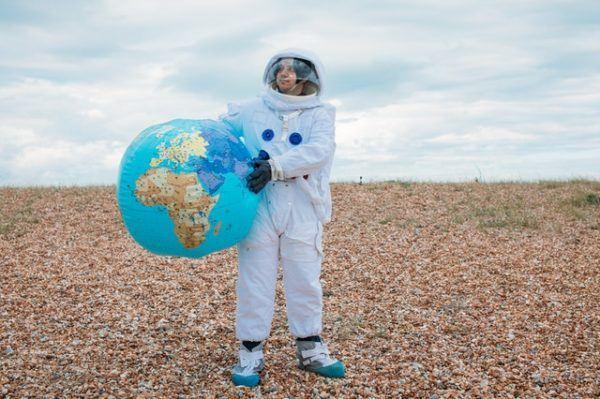 Astronauta y bola del mundo