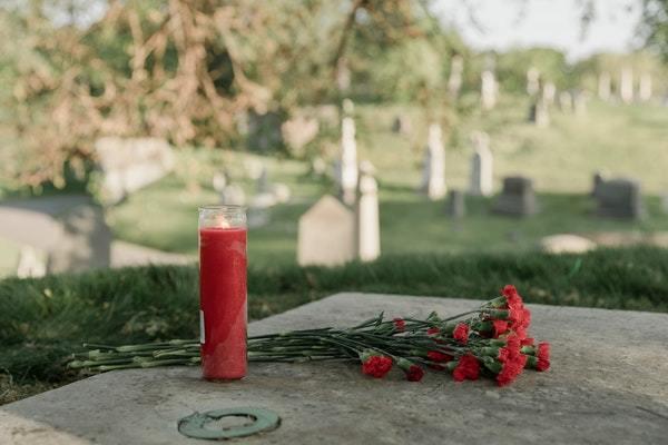 Cementerio flores y vela