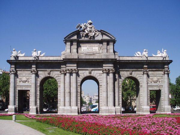 799px-Puerta_de_Alcalá_(fachada_este)
