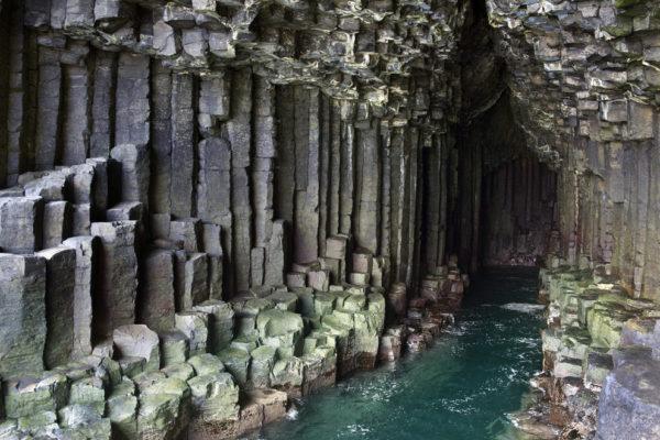 27-lugares-que-habria-que-visitar-antes-de-morir-Cueva- Fingal-isla -Staffa-Escocia