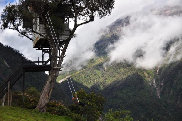 27-lugares-que-habria-que-visitar-antes-de-morir-columpio-fin-del-mundo-baños-ecuador