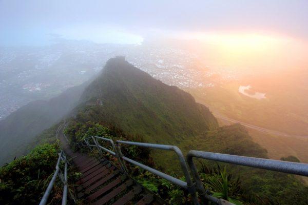 27-lugares-que-habria-que-visitar-antes-de-morir-escaleras-haiku-hawaii-estados-unidos