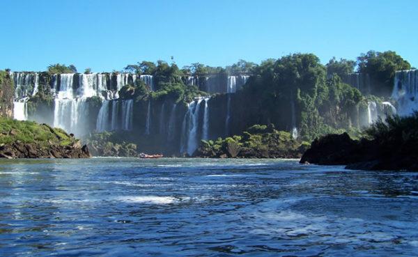 Cataratas-Iguazu-desde-agua