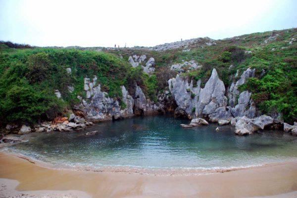 las-10-mejores-calas-de-espana-cala--Gulpiyuri-Asturias