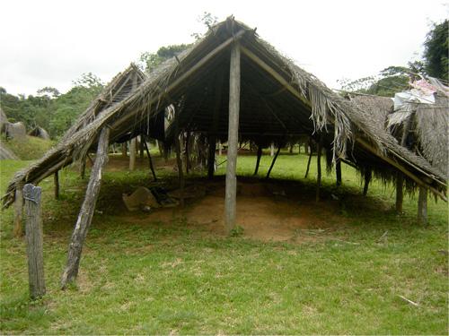 Construcción en madera del cementerio de Cartí en Guna Yala