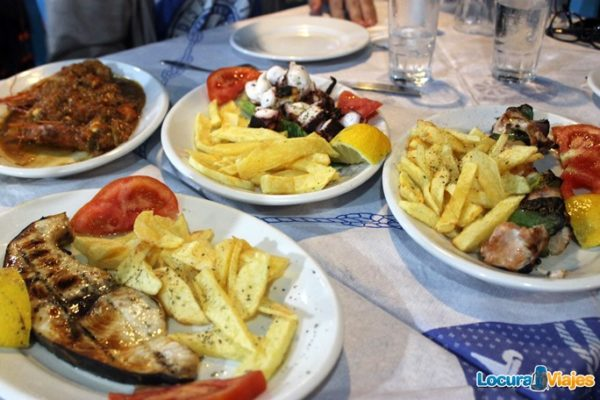 comer-santorini-brochetas-pollo