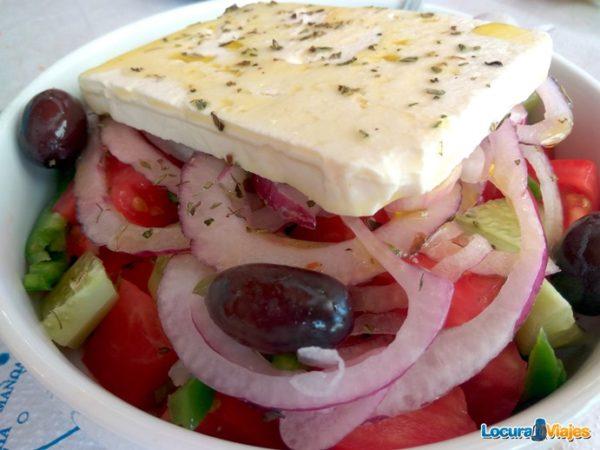 comer-santorini-ensalada-griega