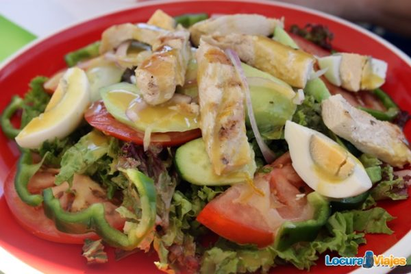 comer-santorini-ensalada-pollo