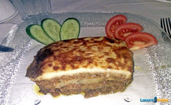 comer-santorini-mousaca