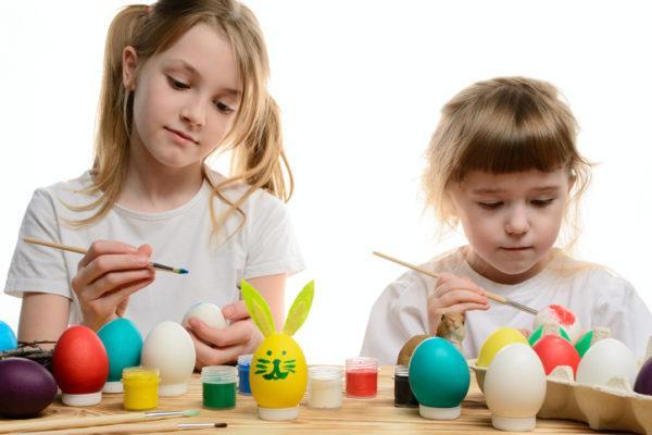 dia-de-la-mona-que-es-nina-pinta-huevos-colores-istock
