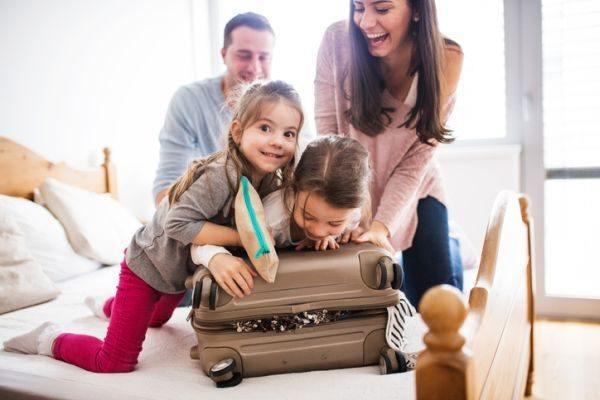 mejores-hoteles-para-ir-con-ninos-maletas-istock
