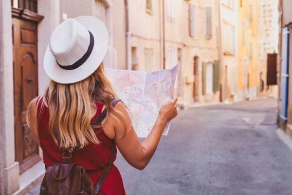 ciudades-mas-visitadas-mujer-mira-mapa-istock